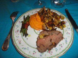 Roti de sanglier, purée de patate douce, haricots verts et pommes de terres